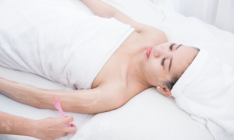 Thoa lớp wax lên vùng da cần thực hiện giúp bám vào các sợi lông
