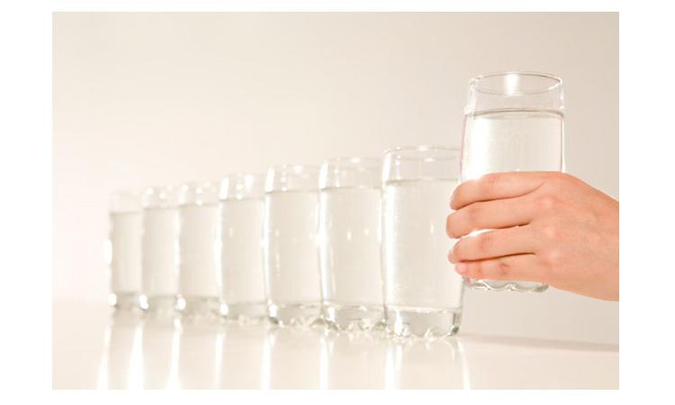 Nam giới cần uống từ 6 – 8 ly nước mỗi ngày và hạn chế sử dụng cafe hay những thức uống có cồn để làm cơ thể không bị mất nước