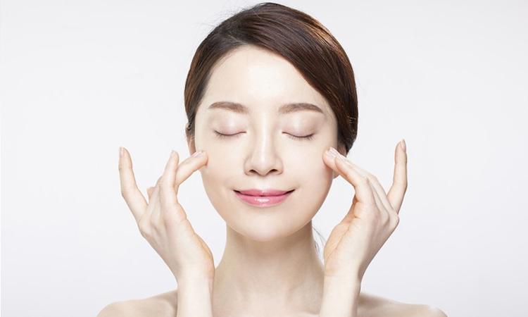 Da khô cần được dưỡng ẩm và làm sạch tế bào chết mỗi ngày