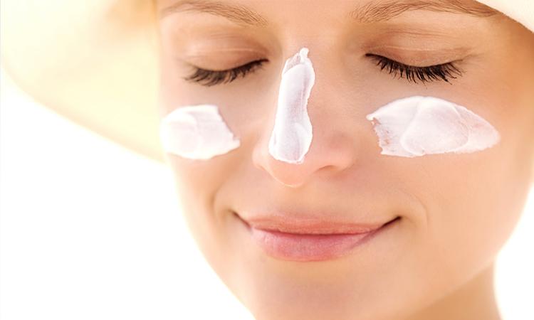 Thoa kem chống nắng mỗi ngày là điều bắt buộc đối với da