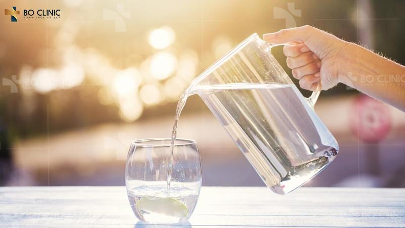 Uống đủ nước mỗi ngày giúp da căng mịn