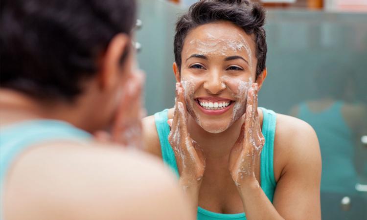 Tẩy trang và vệ sinh da cẩn thận sau khi đi mưa và sau khi đi làm về nhé