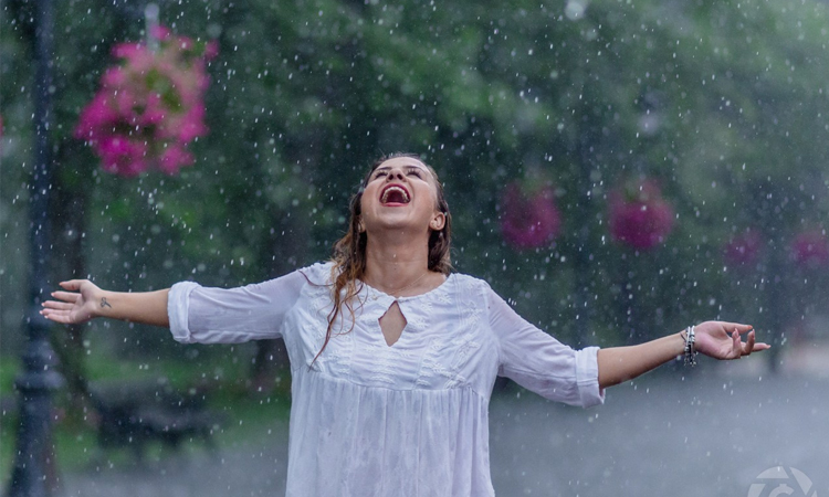 Một chút lãng mạn của cơn mưa mùa hè có thể làm da bạn bị dị ứng đấy