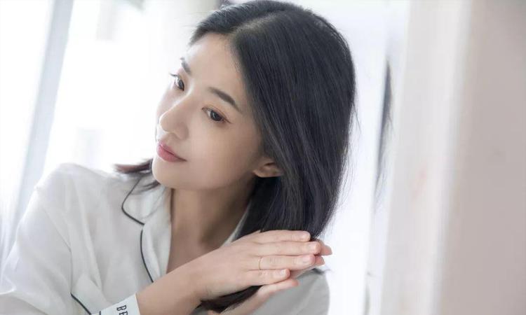 Thoa serum giúp cung cấp dưỡng chất nuôi dưỡng tóc khỏe mạnh, mượt mà